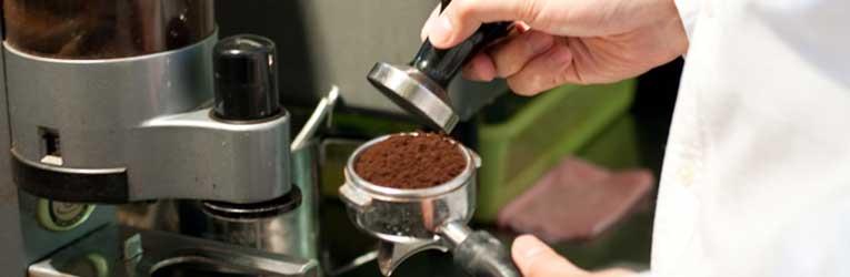 コーヒー豆の表面を平らに